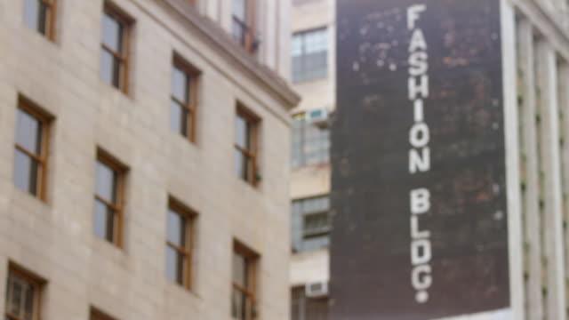 vídeos y material grabado en eventos de stock de ws exterior of anjac fashion building with commercial sign / los angeles, california, united states - escritura occidental