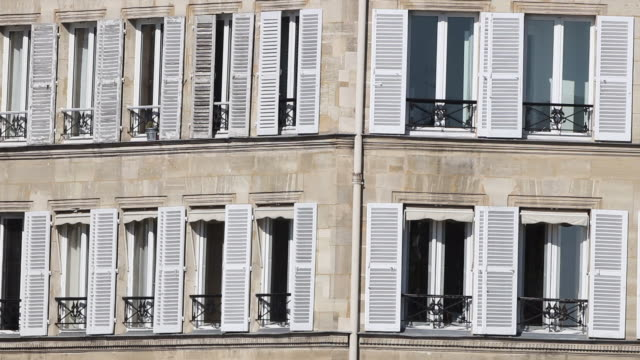 stockvideo's en b-roll-footage met ms exterior of apartment building / paris, france - gevel