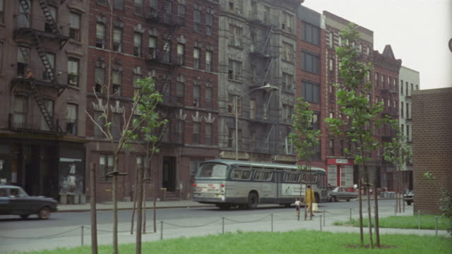 vídeos de stock e filmes b-roll de 1969 montage ws exterior of apartment buildings/ brooklyn, new york, usa - 1969