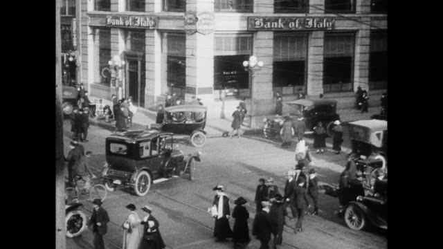 stockvideo's en b-roll-footage met exterior of bank of italy / traffic sped up / pedestrians cross streets - 1920