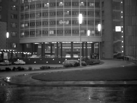 vidéos et rushes de exterior of bbc television centre at night. - bbc