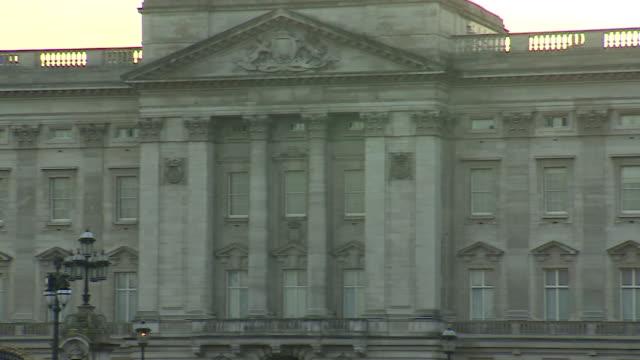 exterior of buckingham palace london pan shot - building exterior stock videos & royalty-free footage