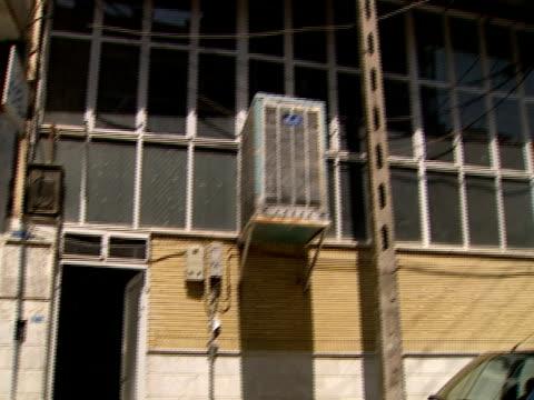 vídeos de stock e filmes b-roll de pan exterior of building where arabs are worshiping / qom, iran - formato letterbox