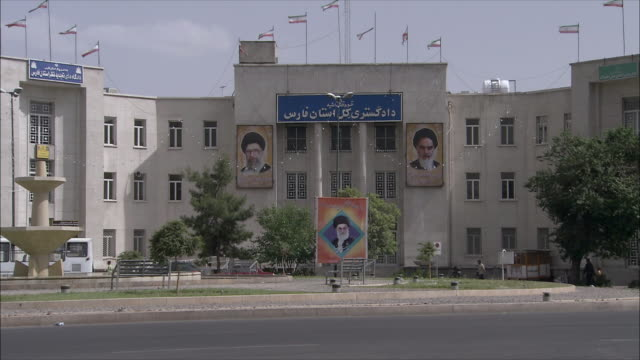 vídeos de stock, filmes e b-roll de ws exterior of building with photographs of leaders, shiraz, iran - irã