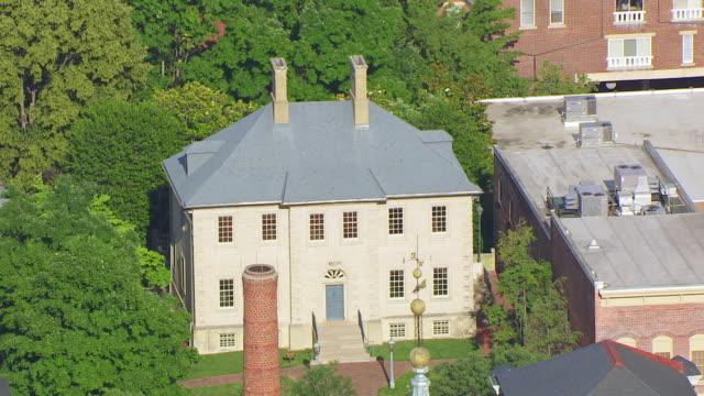 vidéos et rushes de ws aerial pov exterior of carlyle house / alexandria, virginia, united states - alexandria virginie