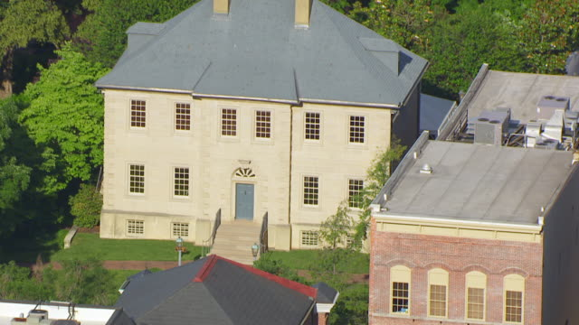 vidéos et rushes de ws zi aerial pov exterior of carlyle house / alexandria, virginia, united states - alexandria virginie