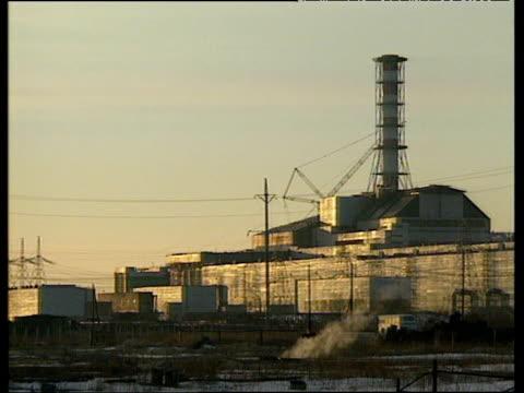 vídeos de stock e filmes b-roll de exterior of chernobyl power station ukraine 1991 - cinza nuclear