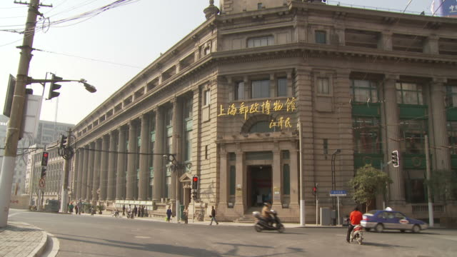 exterior of china post office in shanghai china - kolonialstil stock-videos und b-roll-filmmaterial