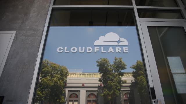 vídeos de stock, filmes e b-roll de exterior of cloudflare inc headquarters after announcement of ipo in san francisco california us on thursday august 15 2019 - escrita ocidental