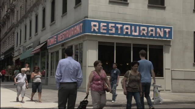 vidéos et rushes de exterior of diner on new york street, featured in 'seinfeld' - coin