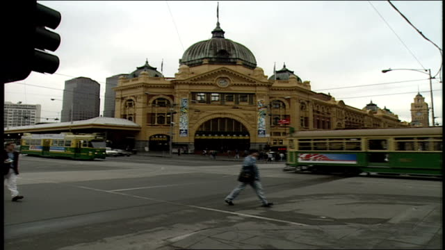 exterior of finders street station in melbourne australia - trolleybus stock-videos und b-roll-filmmaterial