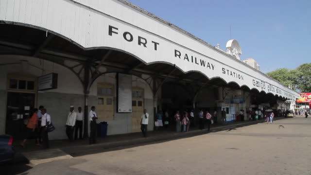ms exterior of fort railway station, commuters coming and going / colombo, western province, sri lanka - western script stock-videos und b-roll-filmmaterial