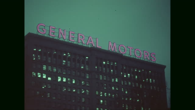 vídeos de stock e filmes b-roll de ms td exterior of general motors building with traffic moving on street at night /detroit, michigan,  united states - general motors