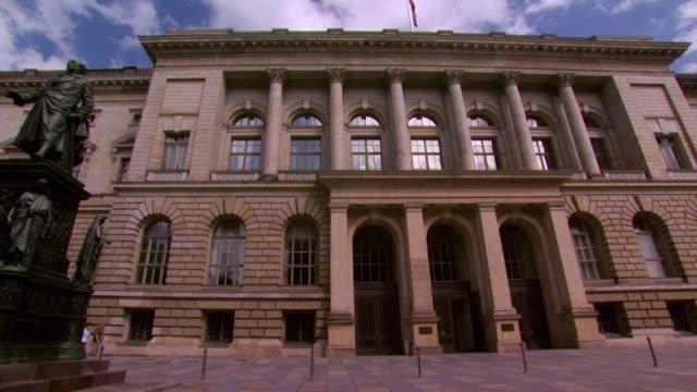 stockvideo's en b-roll-footage met ws la exterior of german historical museum / berlin, germany - neoklassiek