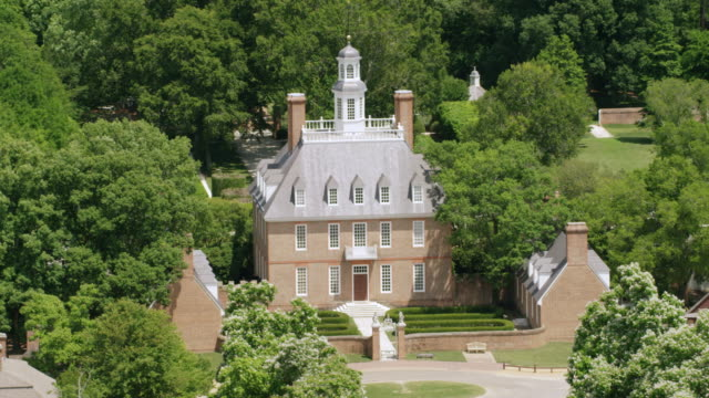 ws aerial pov exterior of governor's palace / williamsburg, virginia, united states  - kolonialstil stock-videos und b-roll-filmmaterial