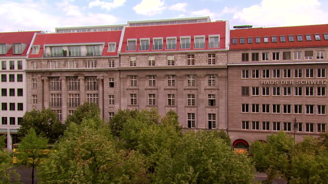 stockvideo's en b-roll-footage met ws exterior of haus der schweiz, 1930's office building / berlin, germany - oude stad