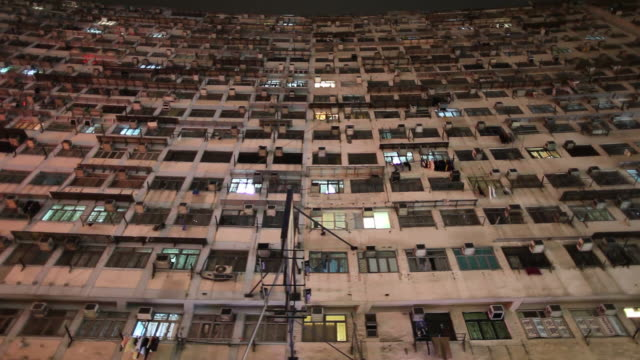 stockvideo's en b-roll-footage met ws la pan exterior of high-rise apartment building / hong kong, china - gevel