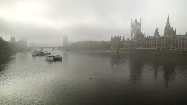 exterior of houses of parliament in winter in foggy conditions - flowing water stock videos & royalty-free footage