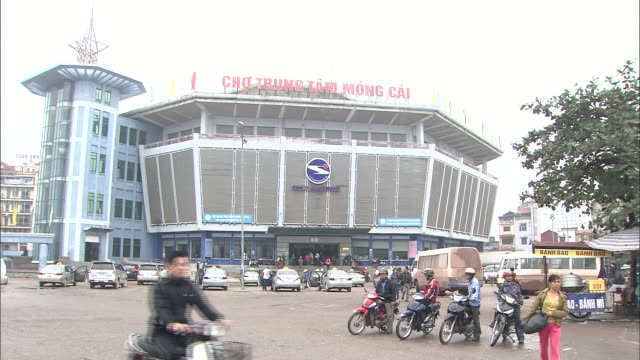 Exterior of Mong Cai Centre Market: Zoom in.