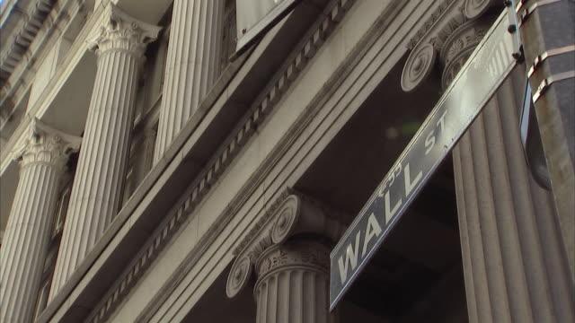 vídeos de stock e filmes b-roll de ms exterior of new york stock exchange and wall street  sign / new york city, new york, usa  - frontão triangular