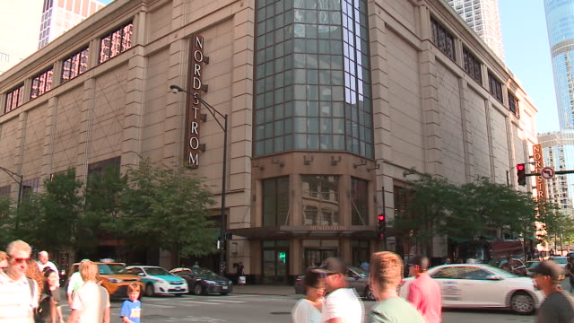 stockvideo's en b-roll-footage met wgn exterior of nordstrom department store in downtown chicago on aug 18 2017 - nordstrom