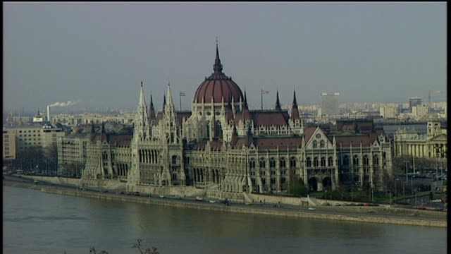 exterior of parliament building in budapest - river danube video stock e b–roll