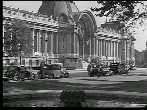 vidéos et rushes de b/w 1936 exterior of petit palais / traffic + people walking in foreground / paris, france - dôme