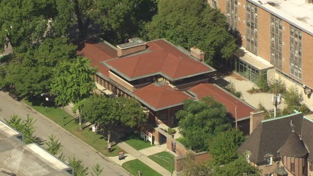stockvideo's en b-roll-footage met ws aerial pov exterior of robie house / chicago, illinois, united states  - nationaal monument beroemde plaats