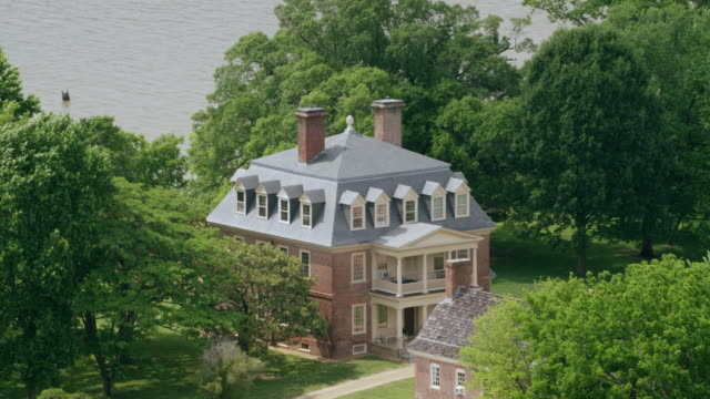 stockvideo's en b-roll-footage met ws zo aerial pov exterior of shirley plantation with james river / charles city, virginia, united states - virginia amerikaanse staat