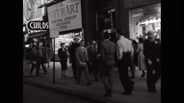 vídeos de stock e filmes b-roll de ms pov exterior of shops with crowd walking on sidewalk at night / times square, midtown manhattan, new york city, new york state, united states - sinal comercial