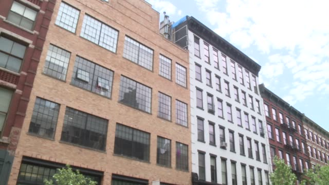 stockvideo's en b-roll-footage met wpix exterior of soho lofts in new york city - loft apartment