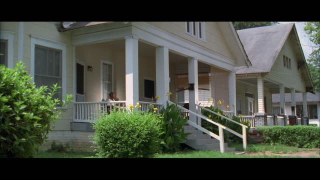 vídeos y material grabado en eventos de stock de ms exterior of suburban house, man sitting on porch / atlanta, georgia, usa - sentado
