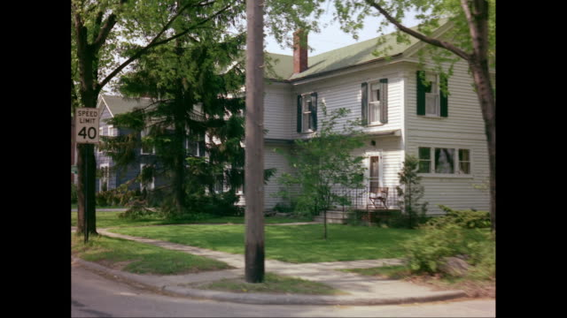 ws pov exterior of suburban houses / united states - 建物の正面点の映像素材/bロール