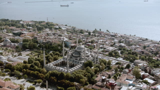 vidéos et rushes de aerial exterior of the blue mosque with the bosphorus strait in the background / istanbul, turkey - istanbul