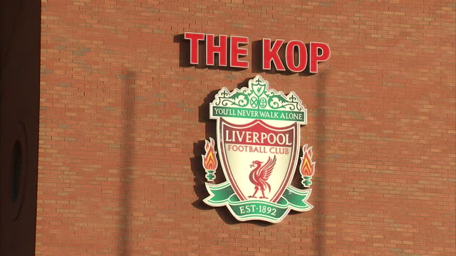 vídeos y material grabado en eventos de stock de clean exterior of the kop end at anfield liverpool fc club badge on stadia wall - insignia accesorio personal