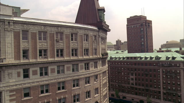 pan td exterior of the paterno apartments / new york city, new york, united states - formato panoramico con bande nere video stock e b–roll