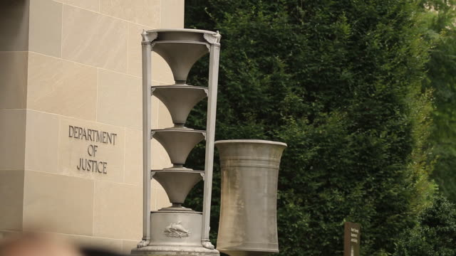 vídeos de stock, filmes e b-roll de exterior of the us department of justice headquarters stands in washington dc us on thursday august 15 2019 the justice department is seeking... - escrita ocidental