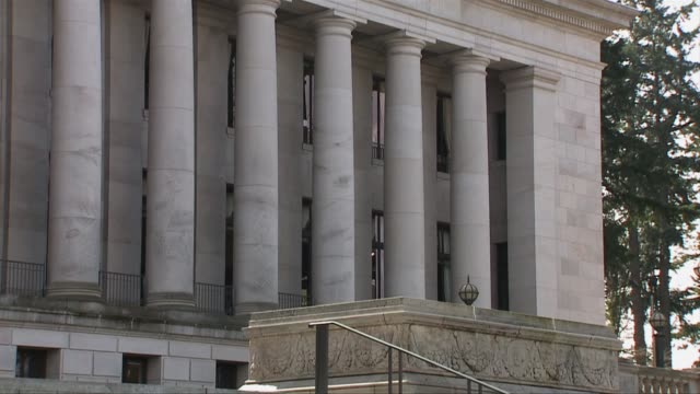 vidéos et rushes de exterior of the washington state capitol on march 28, 2013 in los angeles, california - bâtiment du parlement