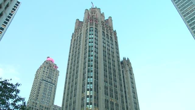 exterior of tribune tower, chicago tribune on october 8, 2015. - トリビューンタワー点の映像素材/bロール