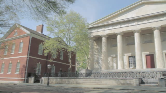 vidéos et rushes de pan exterior of two red brick buildings and a white columned building / united states - pennsylvanie