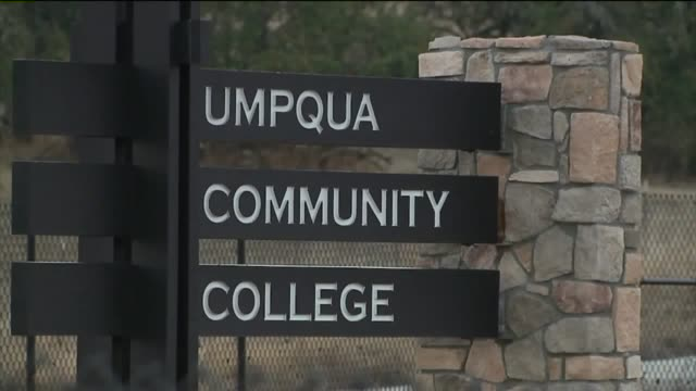 vidéos et rushes de ktxl exterior of umpqua community college after shooting on october 2 2015 shots of entrance sheriff's truck crime tape 'pray for roseburg' sign - collège communautaire