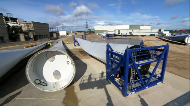 vídeos de stock e filmes b-roll de exterior panning views across a wind turbine facility showing the large turbnes on the ground in fawley on 9 october 2019 in southampton united... - southampton inglaterra