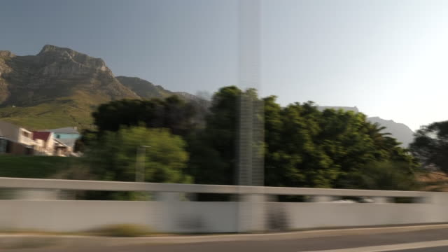 exterior point of view driving shots into cape town city centre passing table mountain on 24 september 2019 in cape town, south africa - cape town stock videos & royalty-free footage