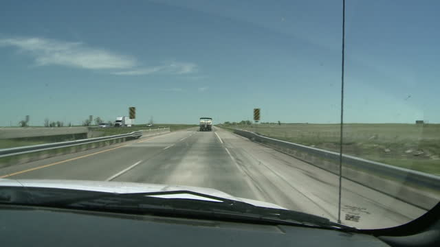 stockvideo's en b-roll-footage met exterior point of view driving shots through wyoming rural landscapes on 1 june 2017 in wyoming united states - massavernietigingswapens