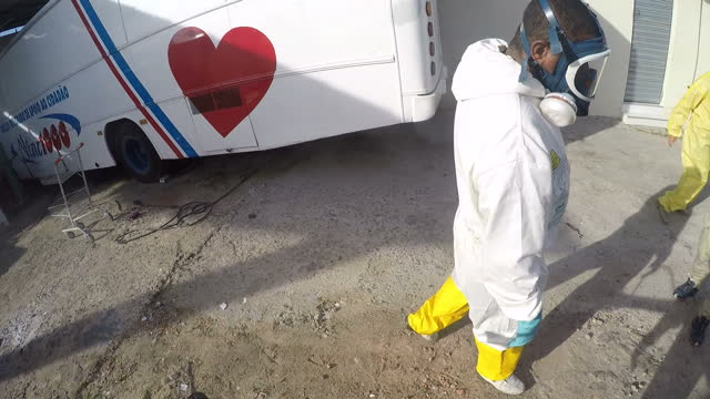 vidéos et rushes de exterior point of view shots of a council worker in recife fumigating against mosquitoes, walking through a residential area spraying houses,... - virus zika