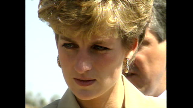 exterior princess diana princess of wales chatting with red cross representatives and officials at panauti red cross project and looking at water... - rotes kreuz organisierte gruppe stock-videos und b-roll-filmmaterial