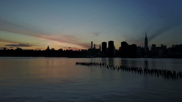 vídeos de stock, filmes e b-roll de exterior scenic shots of the manhattan skyline from across the east river at sunset on april 30 2017 in new york ny - rio east