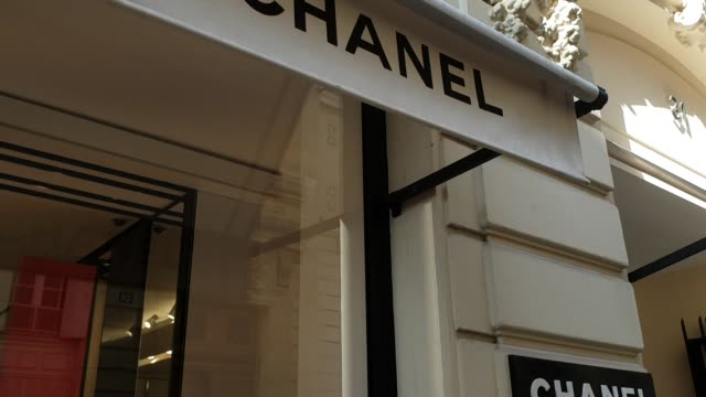 vídeos de stock e filmes b-roll de exterior shop and streetviews outside the chanel flagship store 31 rue cambon paris following the death of celebrated fashion designer karl lagerfled... - chanel