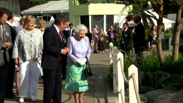 exterior shot alan titchmarsh showing queen elizabeth ii display garden at the chelsea flower show on may 19 2014 in london england - alan titchmarsh stock-videos und b-roll-filmmaterial