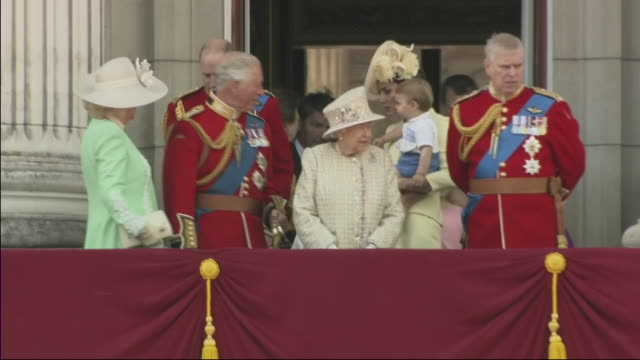 vídeos de stock, filmes e b-roll de exterior shot as members of the royal family emerge on balcony albert windsor britain's prince william duke of cambridge holding prince louis prince... - realeza